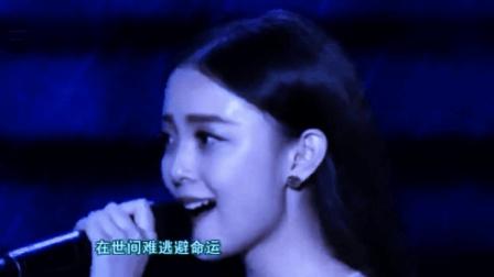 美女台上演唱《一生所爱》突下暴雨, 但无人离去, 只因歌声太动听