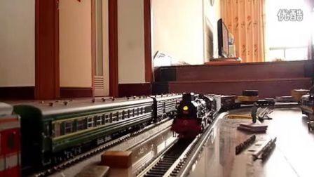 建设型蒸汽机车模型牵引货车行驶