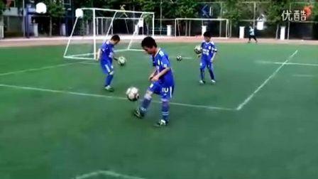 北京U10小球员训练前颠球热身