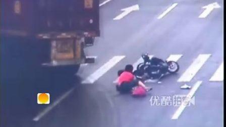 [拍客]监拍命大女子闯红灯车被碾碎人却毫发无损