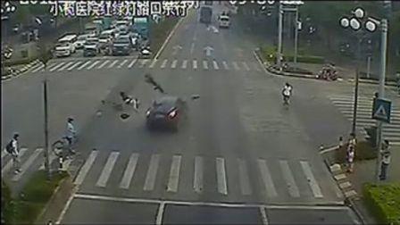 监控实拍2男子驾摩托车闯红灯被撞飞瞬间
