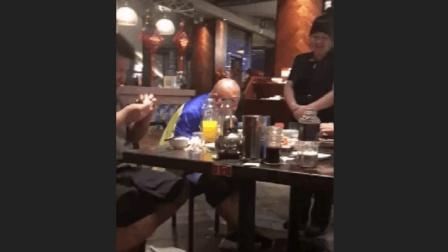 3个盲人从进入餐厅那刻起, 这个服务员一直在旁边招待, 明知道对方看不见, 却依然保持笑容