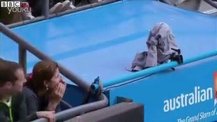 2013澳网半决赛费德勒团队恶作剧故意用外套盖住电视直播镜头
