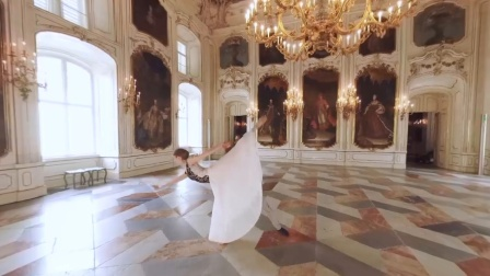 外国舞者在奥地利宫殿跳双人芭蕾舞