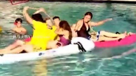 疯马上传-赶紧来和性感美女来场水中拔河比赛
