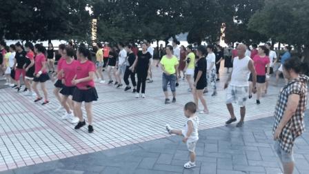 3岁小孩公园跟大妈跳鬼步舞, 音乐响起, 小孩跟着节奏乱蹦, 天才