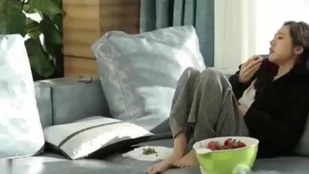 秋瓷炫躺在沙发上吃着草莓指挥着于晓光说, 这对夫妻关系很好!