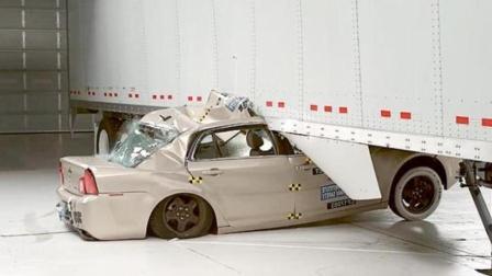 汽车高度撞击卡车侧面! 老外实测, 安全气囊都救不了你的命!