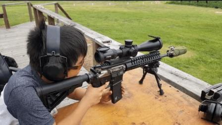 小男孩靶场试射崭新的突击步枪, 对他来说这只是个玩具而已!