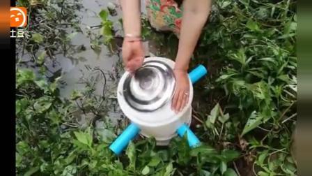 农村美女从水葫芦丛里看见个破桶, 打开一看不得了