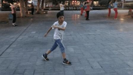 5岁小孩这鬼步舞何人能敌? 魔性舞步仿佛快飞起来, 不愧铜人徒弟