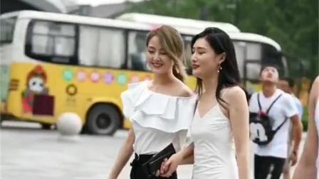 街拍美女: 连衣裙女生, 好高的闺蜜呀