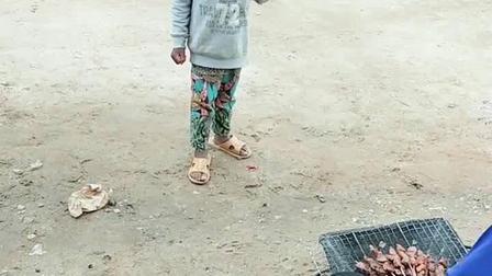 看非洲一小孩看见烤肉的眼神!