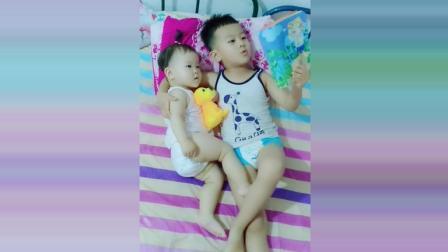 哥哥读漫画书哄妹妹睡觉, 接下来哥哥的反应太有爱了!