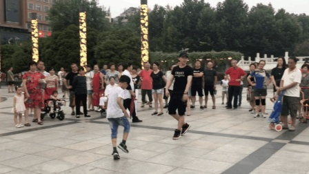 6岁弟弟和17岁哥哥广场尬舞, 动感魔性的鬼步舞, 吸引路人围观