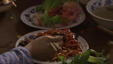梁拉娣看着四个孩子吃着大鱼大肉, 自己却一口也没吃