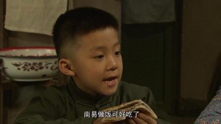 梁拉娣的孩子们吃着油渣饼, 还让母亲多跟厨师多拉拉手