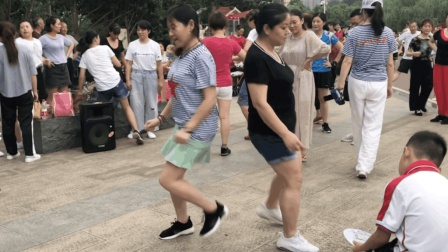 2个美女跳《情路弯弯》鬼步舞, 优雅的舞姿, 吸引不少市民围观