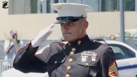 士兵带着战友的遗物和承诺回到家乡, 一个军礼让人尊敬