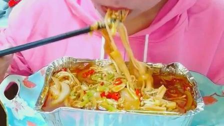 锡纸金针菇美食小吃, 一次吃完一大盘, 你敢去挑战她吗