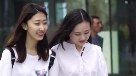 街拍美女: 两组搭配, 都是优雅的美, 你喜欢哪组?