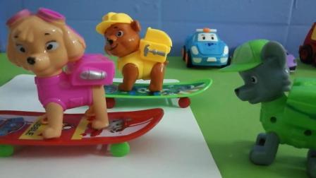 《汪汪队》汪汪队天天跟小力友谊轮滑比赛, 小朋友你们希望谁赢呢! !