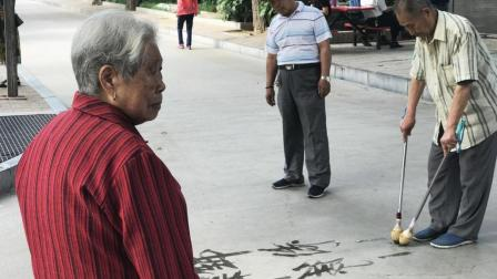 郑州人民公园86岁爷爷展示书法绝活, 左右手同时写正反字, 引蜂拥围观