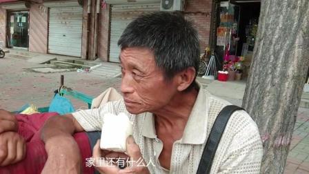实拍: 68岁大爷在马路旁这样卖菜, 一天能赚多钱呢?