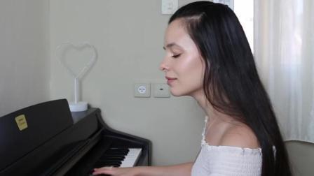 歪果小姐姐演奏钢琴名曲《Kiss The Rain》看着安静而美好