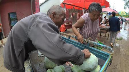实拍: 农村大爷赶集卖冬瓜, 4毛一斤贵吗?