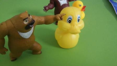 《熊出没》熊大熊二带他们的小鸭子来河边比赛, 小朋友们快来看看是谁赢了吧