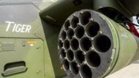 士兵记录虎式直升机火箭弹装填过程,看完感觉好简单!