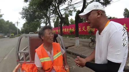 农村七十岁还出来打扫大街, 敬业精神值得我们所有年轻人去学习