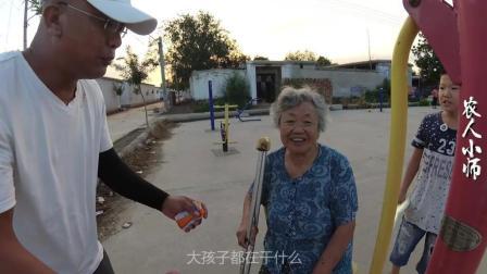 74岁老人摔断了腿, 为了不给儿女添麻烦自己照顾自己, 感人至深