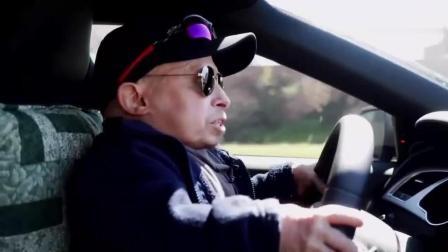 站起来才有奥迪轮子那么高, 他是怎么开车的?