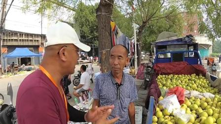 路边卖水果的小商贩一天能挣多少钱? 看看这个卖梨的大爷怎么说?