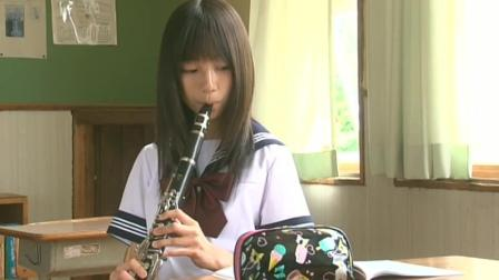 少女在教室练习乐器, 突然飞进来一个足球