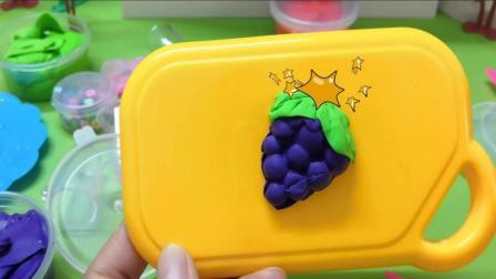 《小猪佩奇》今天小猪佩奇跟小羊苏西捏水果, 大家快来看一下吧!