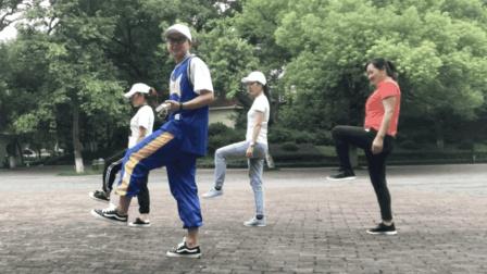 晚饭后跳鬼步舞很流行, 8步基础步简单易学, 时尚健康新舞步