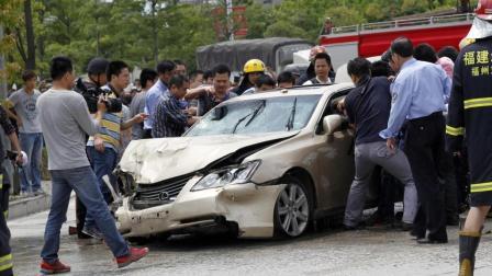 男子拦车要钱, 刚要捡石头砸车, 司机一脚油门, 给他挤在两车之间!