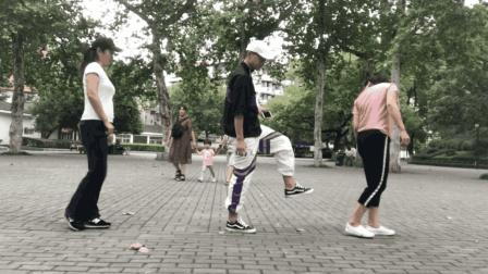 2个美女跟小伙学鬼步舞, 入门步: 踏步, 踩点, 蹦跳, 边跳边乐
