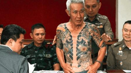 老大爷路边和人下棋, 中途太热就把上衣脱了, 却被警察带走了