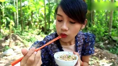 农村小姐姐做美食, 用回锅肉拌虾米和各种蔬菜, 看起来很好吃