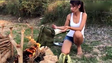 农村媳妇就是会享受, 喝着啤酒吃着烤田螺, 看着真过瘾!