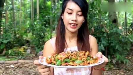 农村小姐姐做美食, 青椒炒大肠加一点葱美味极了
