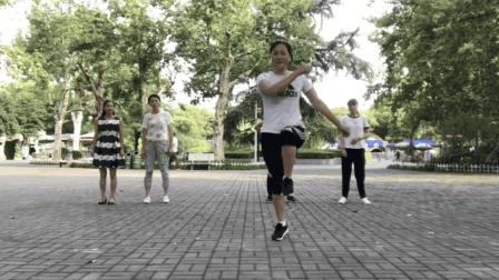 广场舞算什么? 50岁大妈跳鬼步舞, 这才叫牛!