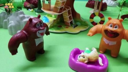 小猫咪受伤了, 幸好熊大熊二出手帮助了小猫咪, 这下小猫咪终于安全了!
