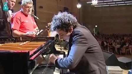 吉尼斯: 一分钟敲琴键765次! 长得帅, 弹钢琴还辣么好听!