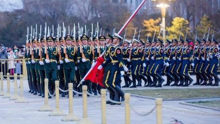 五星红旗下的三军仪仗队变换队列, 这一幕让人热血沸腾!