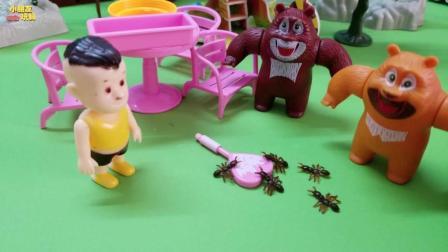 《熊出没》熊二的糖果掉地上了, 引来了好多的小蚂蚁啊!